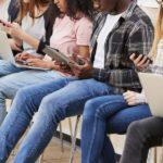Junge Menschen, Studenten, Studierende, Gadgets, Mobile Endgeräte, Surfen, Recherche, Community, Online, Social Media Trends 2018