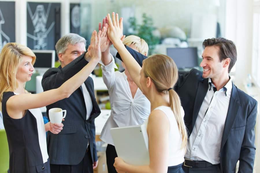 Highfive, motiviertes Team, diverse Team, Büro, Besprechung, Teamgeist, Mitarbeitermotivation, Zitate,