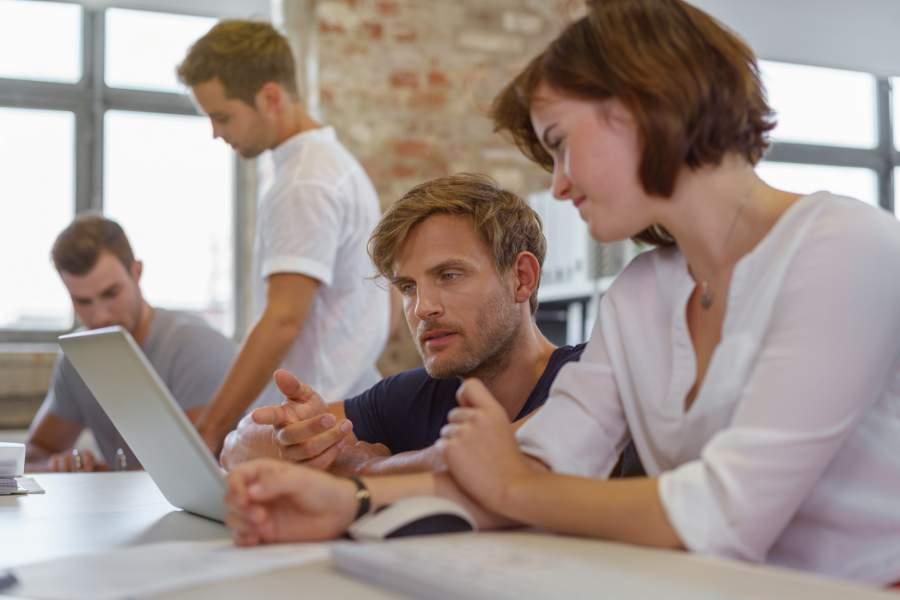 Team, Büroalltag, Besprechung, Abstimmung, Teamwork, Teamgeist, Wertschätzung, Feedback, Gemeinschaft, gutes Betriebsklima, was sich Mitarbeiter wirklich wünschen