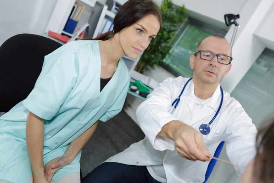 Dozent, Studentin, Medizinstudium, Lehre, Universität, Unterricht, zeigen, Modellunterricht, Medizinstudium im Ausland, Medizinstudium in der Slowakei