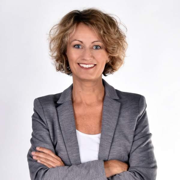 Sabine Prohaska, graues Jacket, Profilbild, die richtige Gesprächsführung als Coach