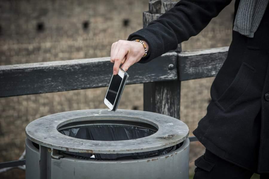 Smartphone, Mülleimer, Smartphone wegwerfen, reales Leben, Park, draußen, Mann, Anzug, Freiheit, ständige Verfügbarkeit, Offline gehen, Weniger Smartphone, mehr Lebensqualität