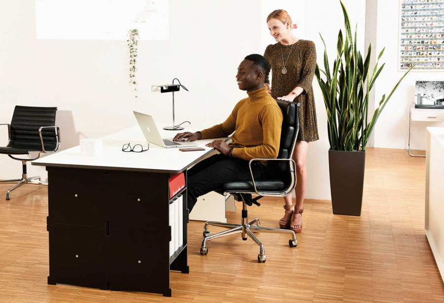 Schreibtisch, Mann, Frau, Personen, Schreibtisch, breiter Schreibtisch, reduziertes Design, Büromöbel, multifunktionales Möbelsystem