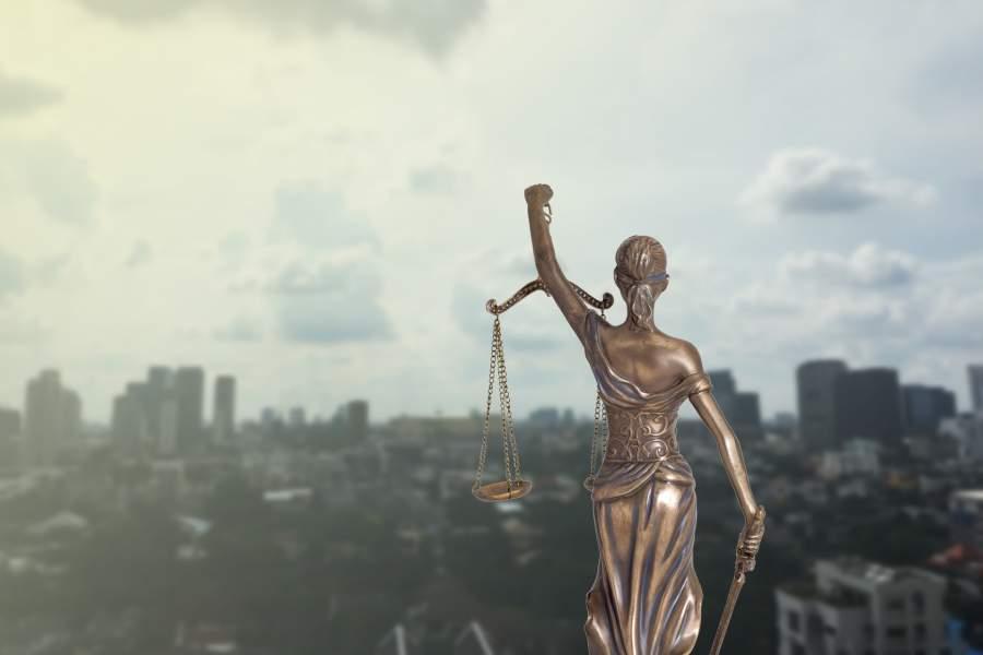 Iustitia, Justiz, Waagschalen, Schwert, Stadtlandschaft, Wolkenkratzer, Skyline, Recht und Ordnung, personenbezogene Daten, kommerzielle Zwecke, Datenschutz-Grundverordnung, Risiko zur Abmahnung wegen der EU DSGVO, BDSG