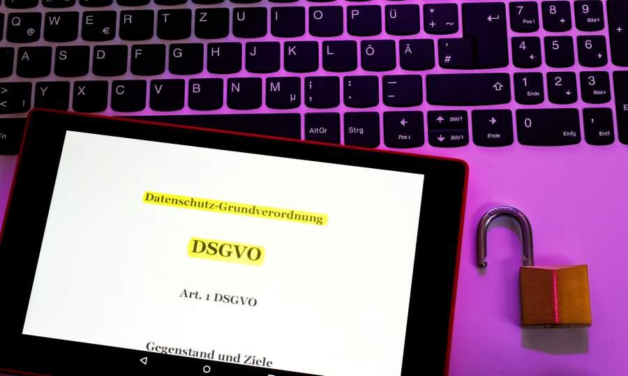 Tablet, iPad, Tastatur, Laptop, offenes Schloss, violettes Licht, Markeirung, Datenschutz-Grundverordnung, Europäische Datenschutzgrundverordnung, EU DSGVO, am 25. Mai 2018, Art. 1 DSGVO, Gegenstand und Ziele, personenbezogene Daten