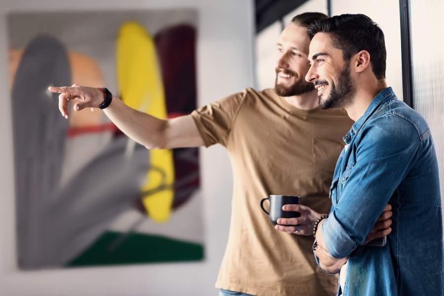 Männer, Kollegen, Mitarbeiter, Kaffeetasse, Mittagspause, Unterhaltung, Zeigen, Lachen, Lächeln, SmallTalk, Lichteinfall, Interessantes, Aufmerksamkeit, Inhalte guter Gesprächsführung, gute Gesprächspartner, was zeichnet gute Gesprächspartnerinnen aus