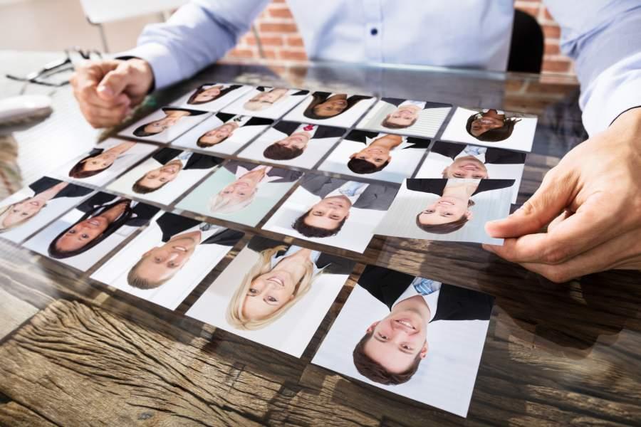 Bewerberbilder, Bewerberpool, Kandidatenpool, Personalsuche, Gesichter, Fotos nebeneinander, Schreibtisch, Datenschutz, personenbezogene Daten, EU DSGVO für Personaler