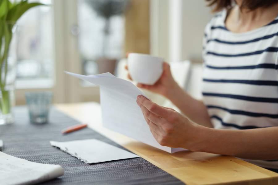 Brief, Tasse, Einschreiben, Wohnung, Esstisch, Frau, Informationen, Mieterselbstauskunft, personenbezogene Daten, Vermietung EU DSGVO, EU DSGVO für Vermieter