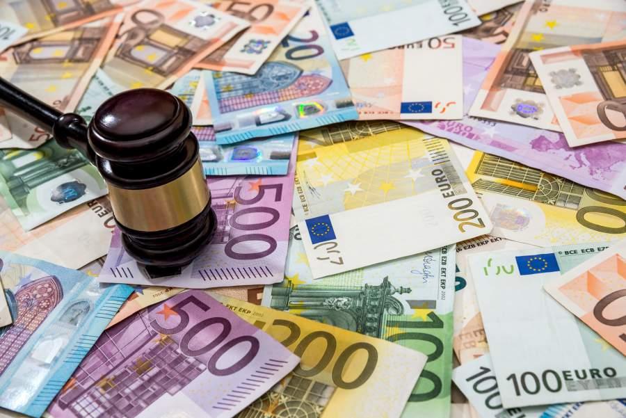Gelscheine. Euroscheine, Dollarscheine, Banknoten, Richterhammer, Rechtssprechung, potenzielle EU DSGVO-Strafen, Geldbußen, Schadensersatz, Datenschutz-Grundverordnung