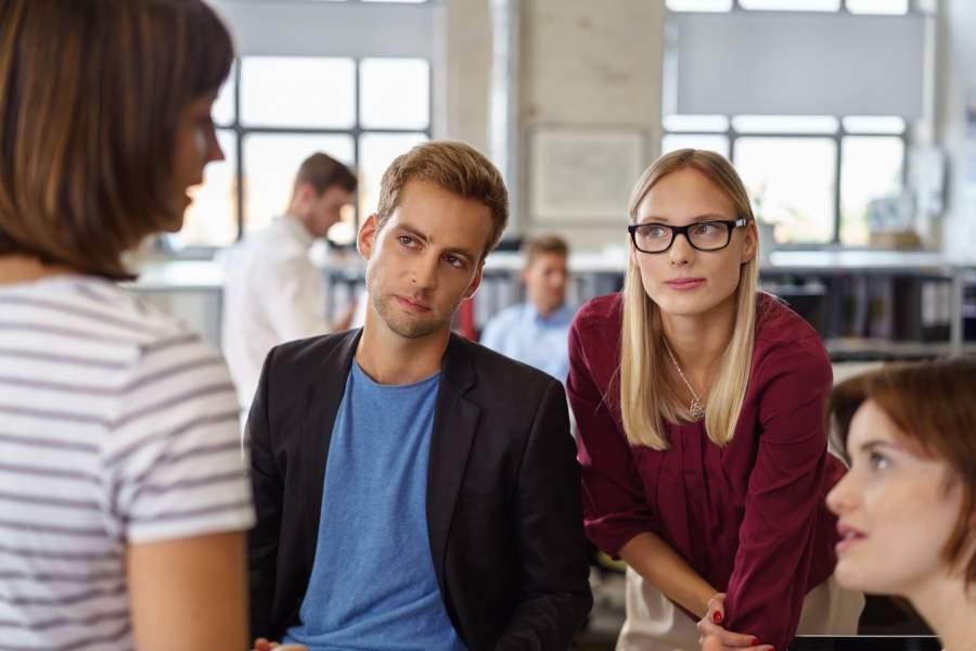 Sprecherin, Gespräch, Gruppe, bewusstes Zuhören, Blickkontakt, Konzentration, Aufmerksamkeit, Achtsamkeit, besser zuhören lernen, Zuhören verbessern