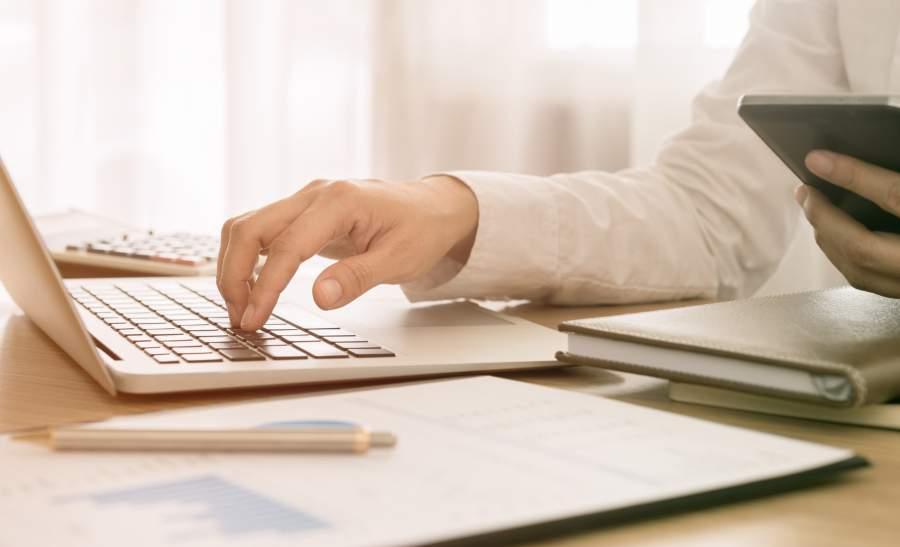Laptop, Unterlagen, Smartphone, Tippen, Eingabe, Stift, Datenverarbeitung, Datenanalyse, Datenzugriff, Datenschutz, personenbezogene Daten, EU DSGVO, Rechenschaftspflicht, Accountability, Reporting