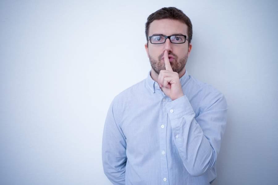 Mann, Schweigen, Ruhe, Silencium, Brille, Wand, Verschwiegenheit, personenbezogene Daten, Datenverarbeitung, EU DSGVO für Datenschutzbeauftragte