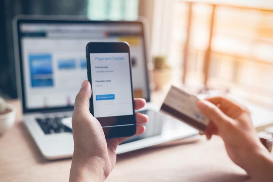 Smartphone, Handy, Kreditkarte, Online Shopping, Zahlungsdetails, Laptop, Online-Einkauf, Datenschutz, Sicherheitseinstellungen, BDSG, EU DSGVO für E-Commerce