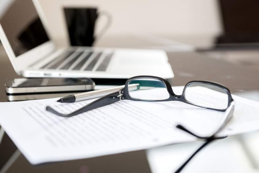 Brille, Laptop, Unterlagen, Smartphone, Tasse, Stift, Schreibtisch, Arbeitsplatz, Datenschutz, offenkundige Daten, Informationspflicht, EU DSGVO, Betriebsrat, Betriebsvereinbarungen, Kollektivvereinbarungen