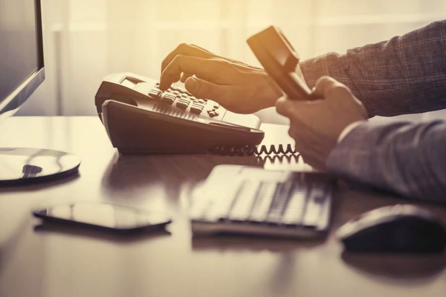 Telefonhörer, Tastatur, Telefonnummer, Schreibtisch, Arbeitsplatz, Büroalltag, Kontaktdaten, personenbezogene Mitarbeiterdaten, EU DSGVO, Datenschutz-Grundverordnung