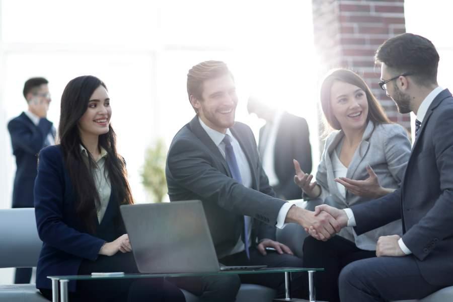 Business Meeting, Handshake, Händeschütteln, Mitarbeiter, Mitarbeiterinnen, Chefsache intrinsische Motivation, Mitarbeitermotivation, Mira Mühlenhof