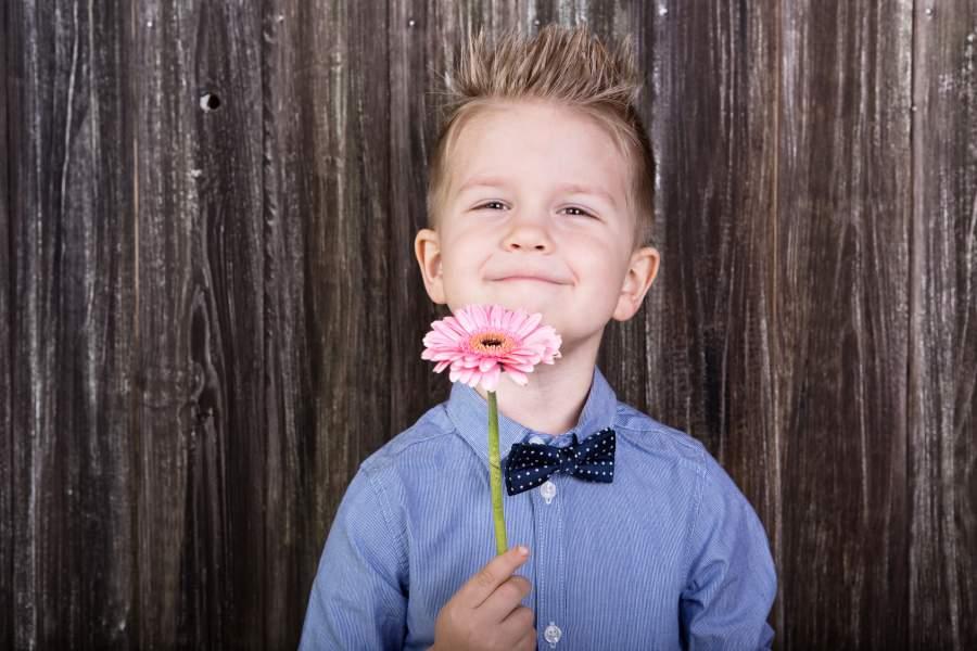 Blume, Gerbera, Junge, herausgeputzt, Fliege, Hemd, Lächeln, Schenken, Blumengeschenk, Alles Liebe, Alles Gute, Ehrentag, Haargel, Kind, Geschenke zum Muttertag 2018