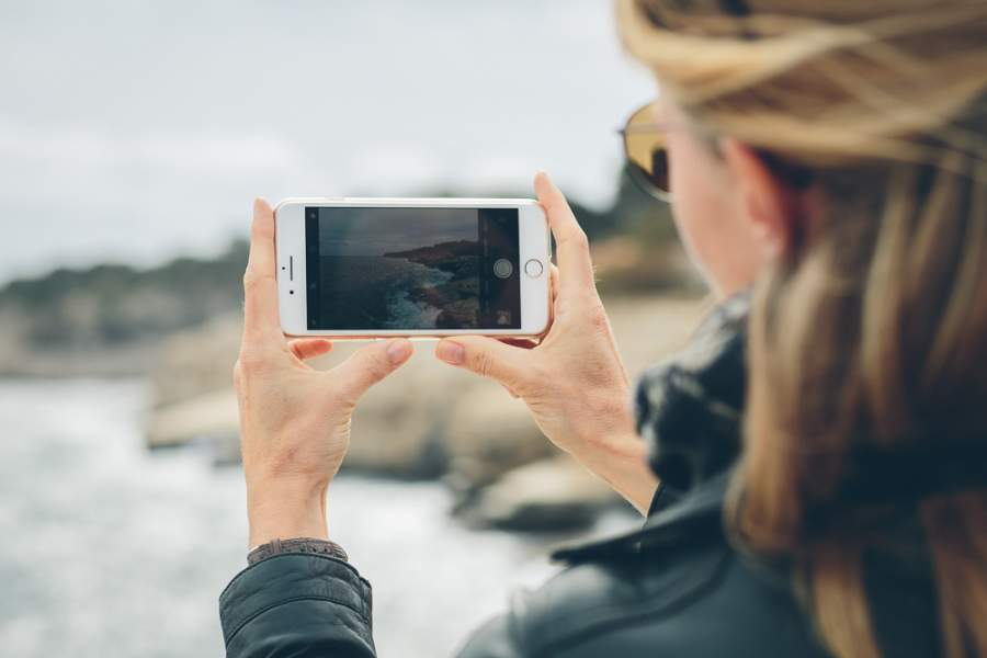 Frau, Foto, Social Media Fotos, Social Media Sommer-Camp 2018, Romy Geßner, Smartphone, Strand, Webinar