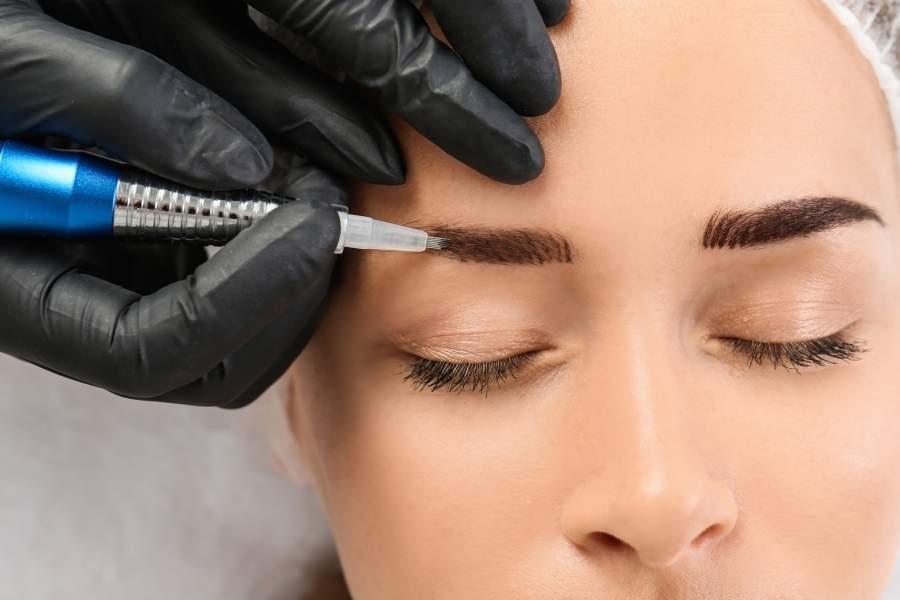 Microblading, Beauty Treatment, Schönheitsbehandlung, Frau, Augenbrauen, Augenbrauenverdichtung