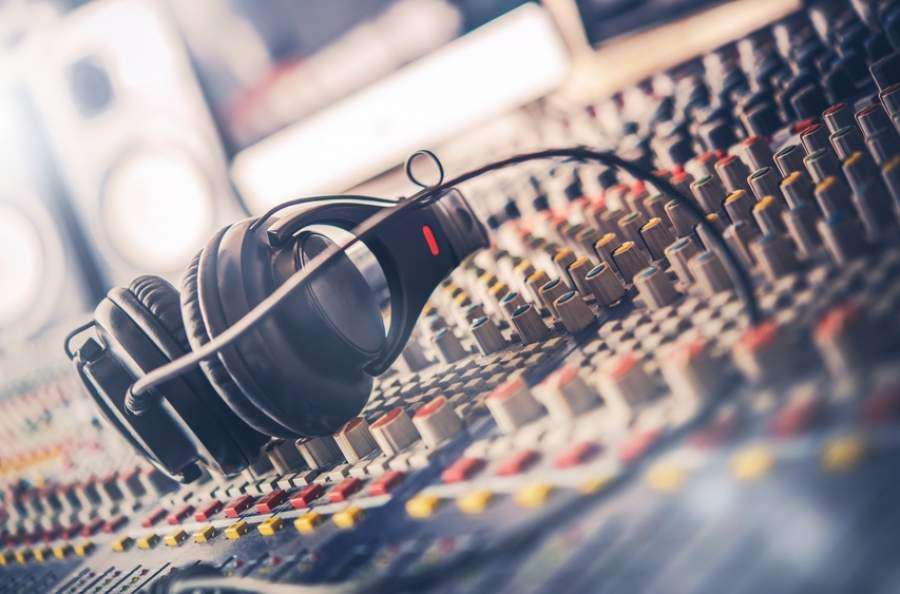 Kopfhörer, Mischpult, Musik abmischen, Tonstudio, Akustik, Künstler, Musikschaffende, Musiker, Bands, Musik abspielen, Hintergrundmusik, GEMA-freie Musik