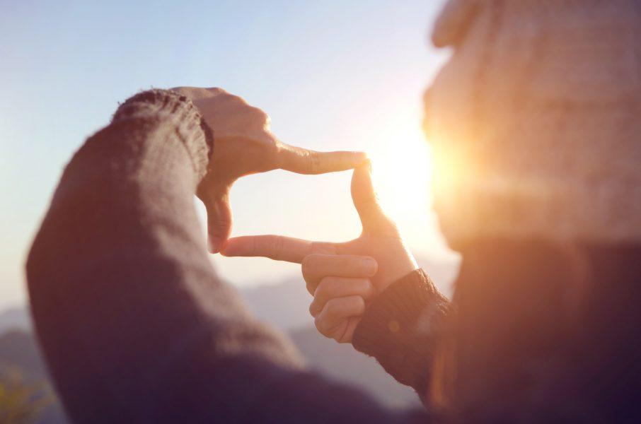 Frau, Perspektive, Karriereausblick, Frauenkarriere, Zukunftsvision, junge Frau, Natur, Ausblick, Aussicht, Karriereboost, Erfolgsfaktor Partnerschaft, Beziehung auf Augenhöhe, der richtige Partner für Erfolg, erfolgreiche Frauen