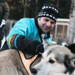 Dr. Klaus Schirmer mit Huskys mit ihm selbst als Musher, der Führungsposition beim Schlittenhundgespann