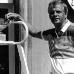 Schwarz-weiß-Aufnahme von Tennisprofi Hajo Plötz mit Trophäe auf dem Tennisplatz