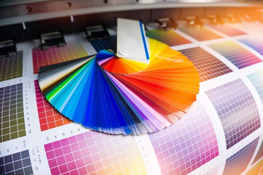 Farbfächer in zahlreichen Farben und großer Farbtonbogen für Digitaldruck-Verfahren