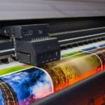Ein Digitaldrucker druckt verschiedene Farbbilder