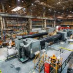 Eine große Fertigungshalle voller Industriemaschinen