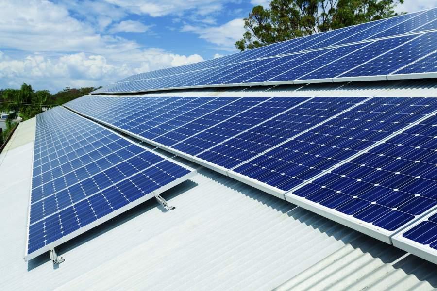 Fotovoltaik-Anlagen auf einem Dach bei gutem Wetter.