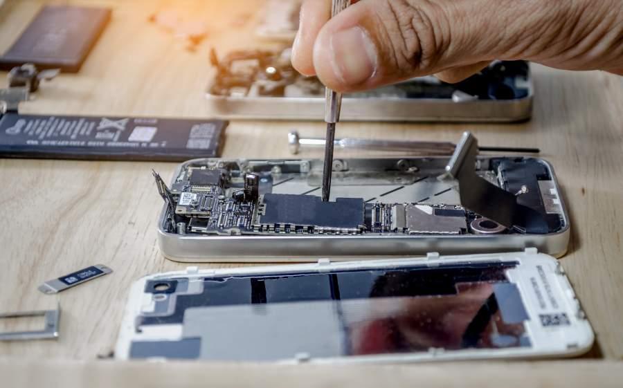 Professionelle Reparatur eines Smartphones.
