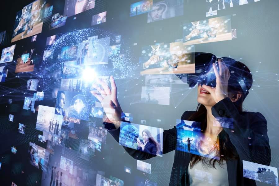 Frau mit VR-Brille taucht in eine virtuelle Welt ein.