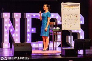 Körpersprache-Trainerin Yvonne de Bark mit Flipchart im Vortrag und erklärt Körpersprache-Tricks
