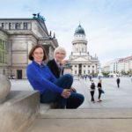 Die zwei Imagefilm-Expertinnen Susanne Rodeck und Katarzyna Koslinska von avidere Erklärvideo- und Imagefilm-Agentur Berlin sitzen gemeinsam auf einer Treppen in der Stadt.
