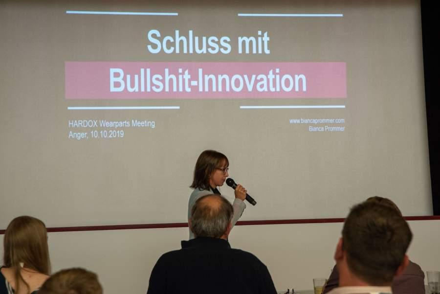 """Innovationsexpertin Bianca Prommer in einem Vortrag zum Thema """"Schluss mit Bullshit-Innovationen"""""""