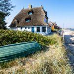 Ferienhaus und Boot direkt am Sandstrand an der Ostsee in Deutschland
