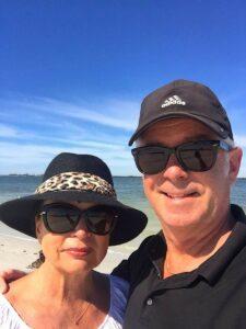 Urs Pavoni mit Ehefrau Magrit Pavoni am Strand.