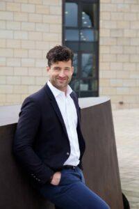 Buchautor und Kommunikationstrainer Patrick Nini in Hemd und Sakko