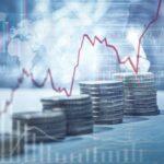 Börsenkurs Diagramme auf Stapeln von Münzgeld