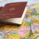 Zwei Reisepässe liegen auf einer bunten Weltkarte.