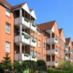 Mehrfamilienhäuser in einem Häuserblock mit Balkonen, Kielen und Begrünung