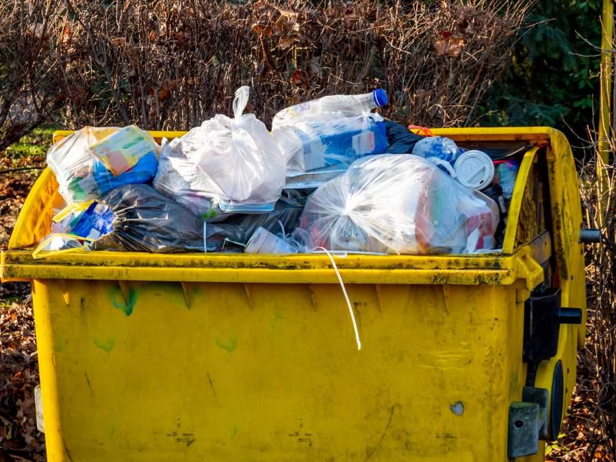 Gelbe Tonne, in der sich der Plastikmüll so türmt, dass sie sich nicht mehr schließen lässt, sondern offen stehen bleiben muss.