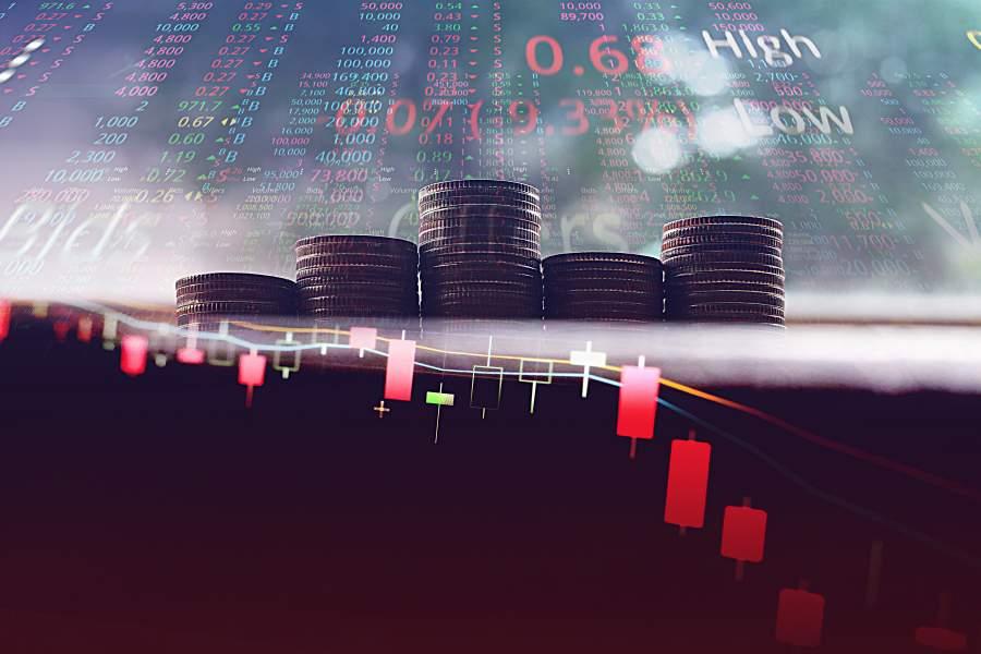 Börsenkurse mit Schwankungen, dargestellt durch Stapel an Münzen und rote Markierungen in Kursverläufen und Zahlenauflistungen