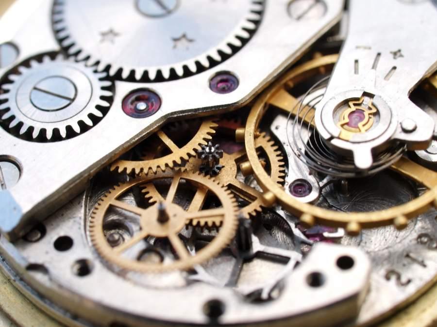 Close-up-Aufnahme von feingliedrigen Zahnrädern in einem Uhrwerk