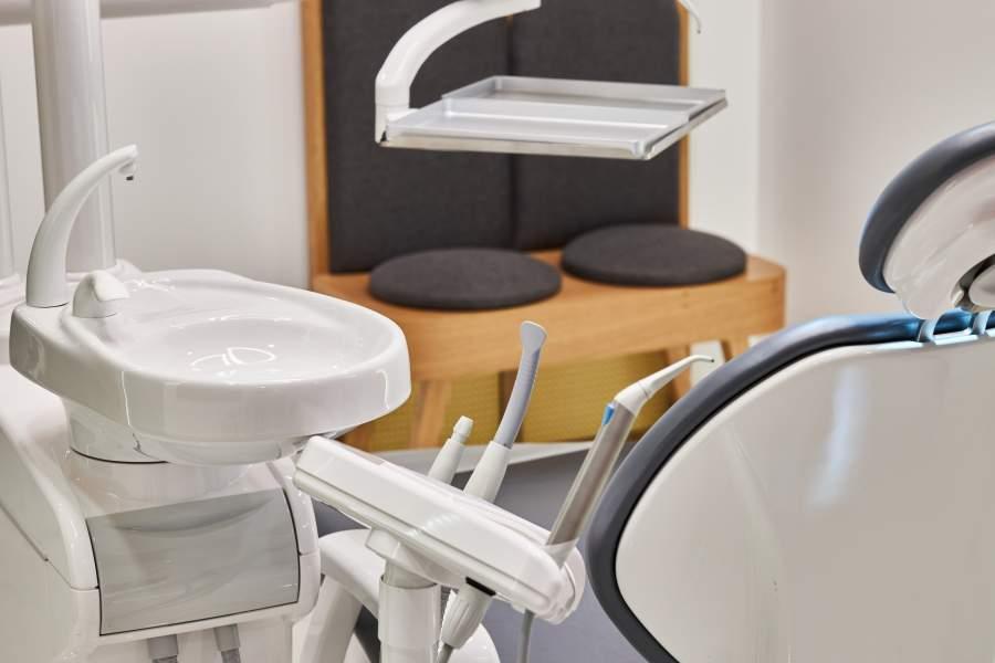 Ausstattung eines Behandlungsraumes in einer Zahnarztpraxis