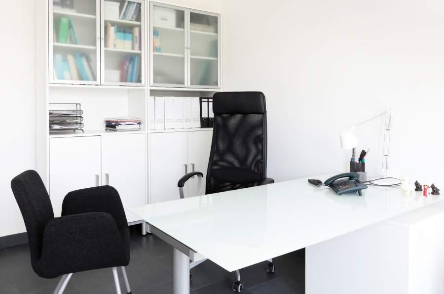 Aufgeräumtes und menschenleeres Büro mit weißen Büromöbeln
