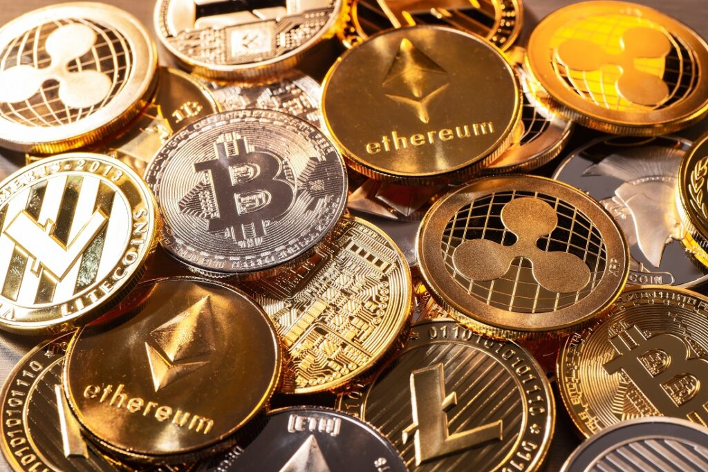 Kryptowaehrungen in Muenzen: Bitcoin und Ethereum auf einem Haufen