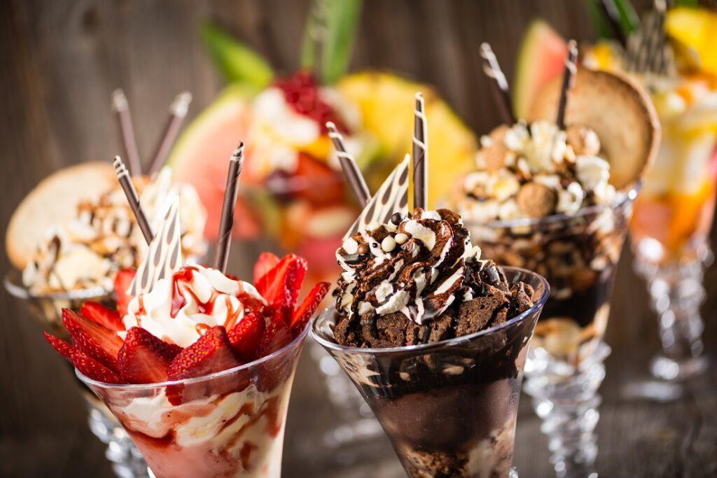 Eisbecher mit Erdbeeren und Schokolade