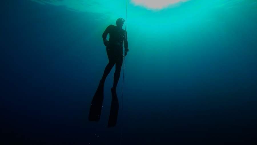 Autor Lorenz Wenger beim Tauchen Free Dive
